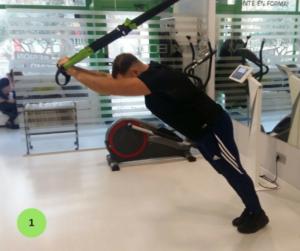 Mejores ejercicios para brazos - Extensión de tríceps en suspensión