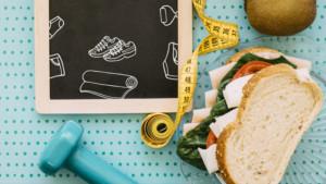 pesas, cinta métrica y comida dietética